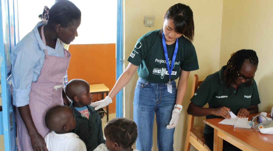 アフリカで医療ボランティア中の高校生